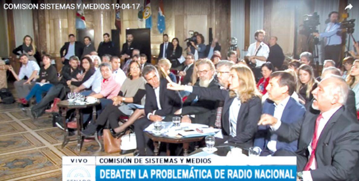El senador salteño Juan Carlos Romero (a la derecha) se mostró ofuscado contra los directores despedidos de Radio Nacional.