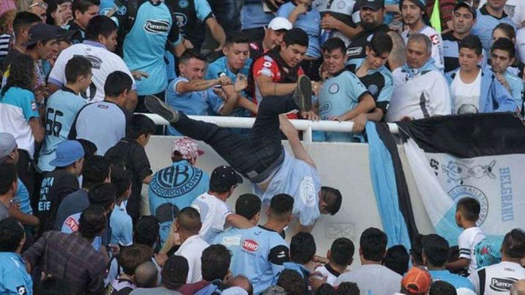 El momento en que Emanuel Balbo es atacado y empujado al vacío por sus agresores, en una tribuna del Kempes.