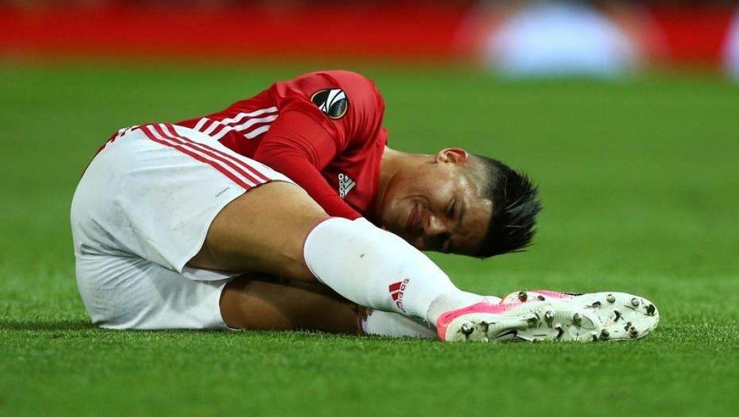 Marcos Rojo, tendido sobre el campo de juego, tras una preocupante lesión.