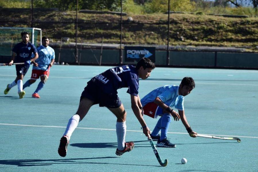 Imágen del partido en caballeros entre CAER y Gimnasia y Tiro, que terminó igualado 2 a 2. Gentileza Saltahockey.