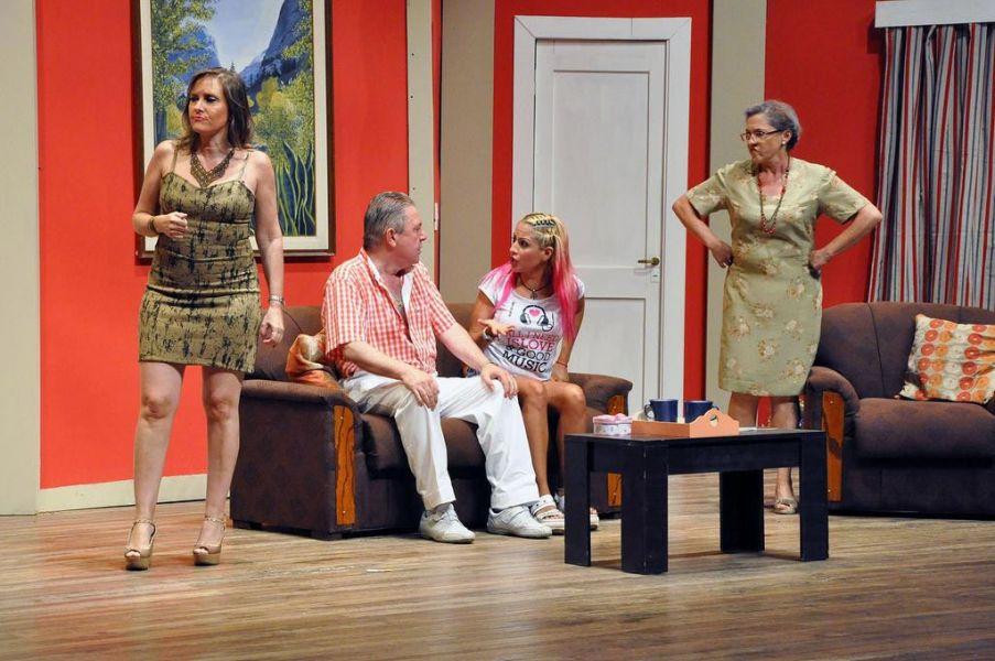 Las suegras se convierten en verdaderas brujas y una pesadilla para Daniel y Barbara. Dos funciones mas de la obra con elenco salteño.