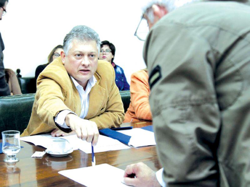 Mastrandrea dijo a la Bicameral que los subsidios son para 531 colectivos y hay 608 en la calle.