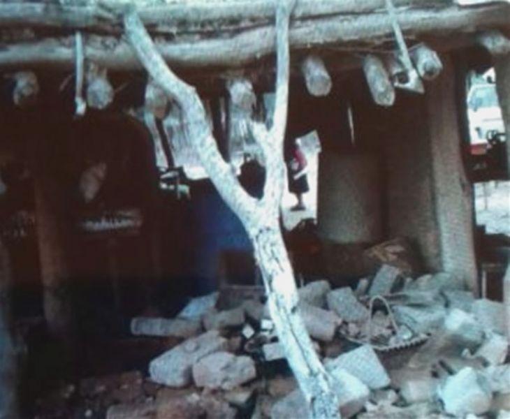 El cacique Modesto Rojas y su familia todavía viven en el barro, tienen casi todo su rancho destruido y sus animales perdidos.