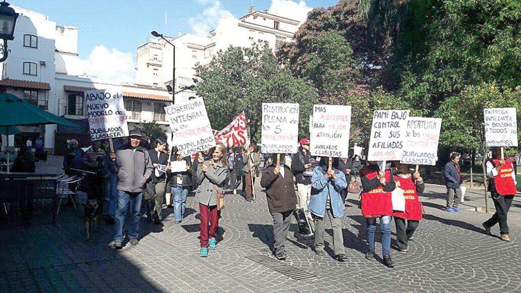La protesta de jubilados de jubilados por recortes del 100% en la cobertura de los medicamentos.