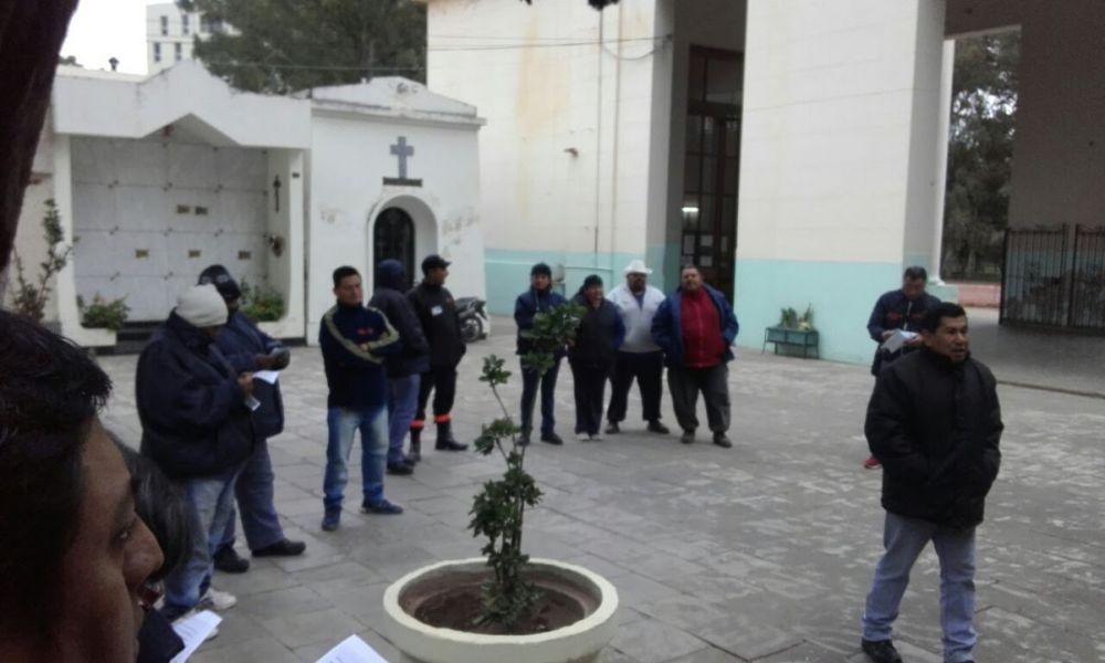 Son ocho los empleados de los cementerios municipales que reclaman adicionales.