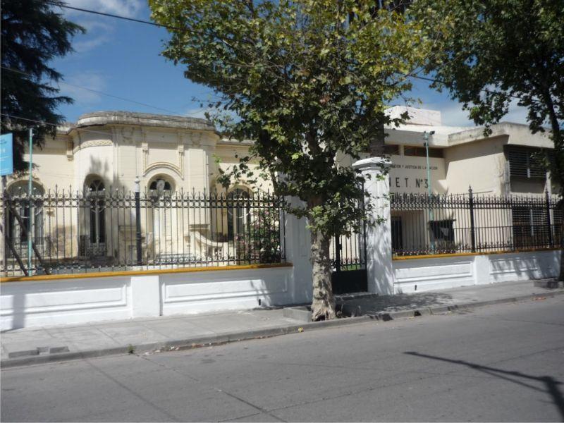"""La Escuela de Educación Técnica Nº 3139 """"Gral. Martín Miguel de Güemes"""", ubicada en Caseros y Laprida."""