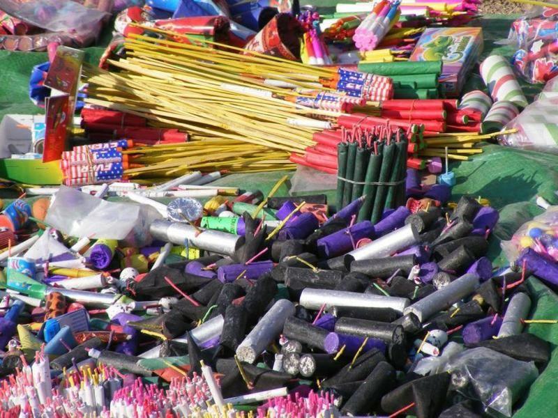 Se establecerá la prohibición para la venta, utilización o tenencia de los artificios, tales como morteros y bombas de estruendo.
