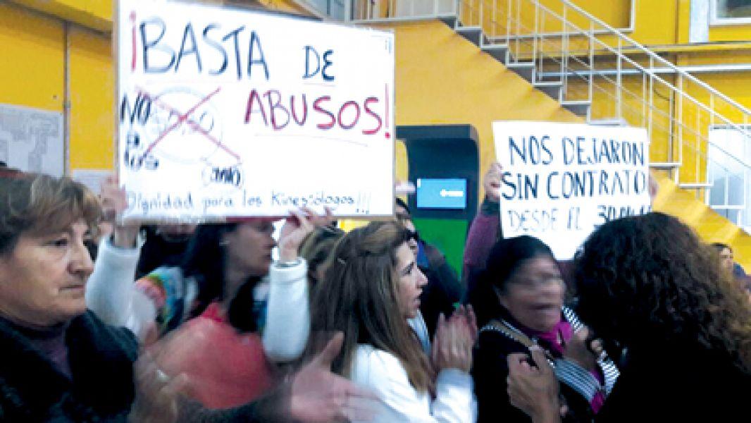 """Los fisioterapeutas siguen con sus medidas de protesta, ayer se manifestaron en el PAMI y trataron a Moisés de """"mentirosa""""."""