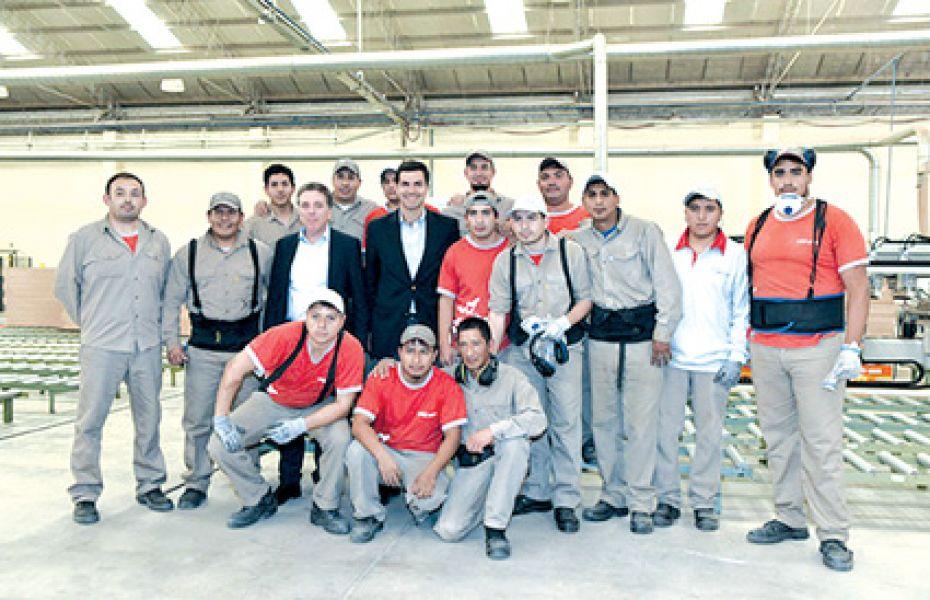 El gobernador Urtubey y el ministro de Hacienda Dujovne, con trabajadores del Parque Industrial de Salta.