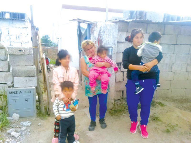 En el barrio Convivencia una familia con hijos discapacitados esperan asistencia de la Cooperadora Asistencial.