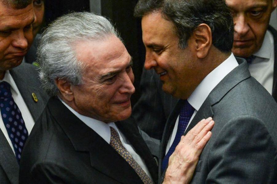 El presidente brasileño Michel Temer (I) habla con el senador Aécio Neves, el 31 de agosto de 2016 en Brasilia.