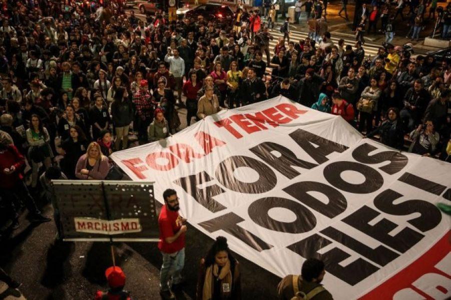 """""""Fora todos eles"""" en Brasil, un equivalente de """"Que se vayan todos"""" en la Argentina. En Río al menos 50 mil personas salieron a las calles."""