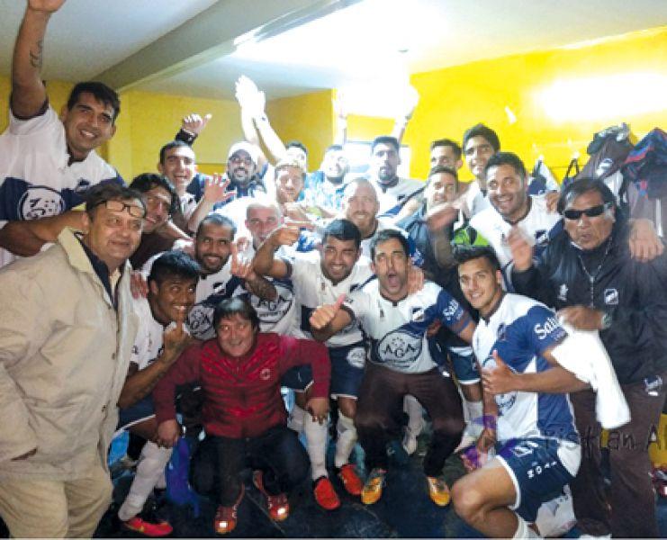 Los jugadores festejaron la clasificación en los vestuarios. Foto: Cristian Aban.