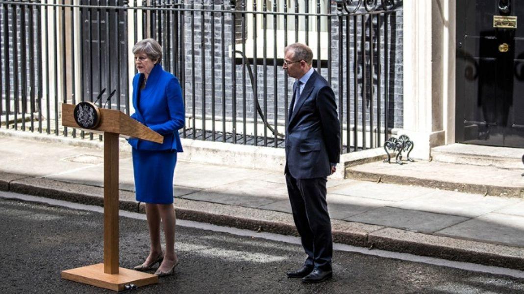 Theresa May da los primeros pasos para formar gobierno pese a revés electoral en el Reino Unido.