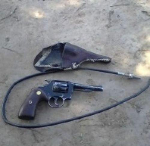 El revólver y el cable que Argamaza le pudo sacar a su agresor.