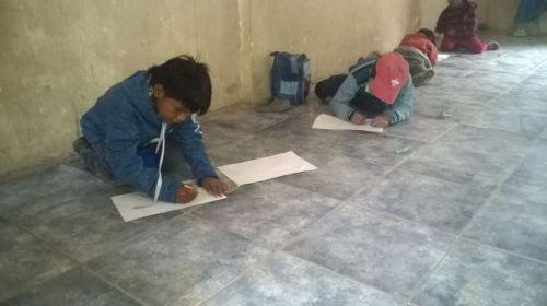 Chicos trabajando en la escuela