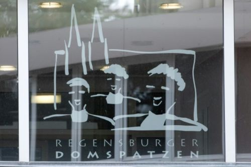 El logotipo del coro Regensburger Domspatzen, en un edificio de la institución ubicado en la ciudad de Ratisbona, al sur de Alemania.