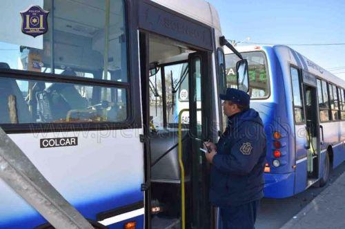 En el puesto de control los efectivos policiales contactaron al chofer denunciado.