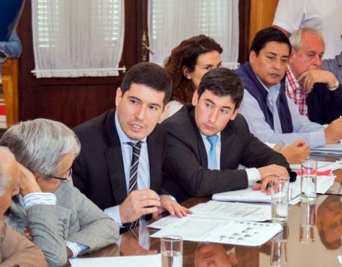 El Ministro de Seguridad Carlos Oliver (izq)  y el secretario de Seguridad Jorge Ovejero con diputados.
