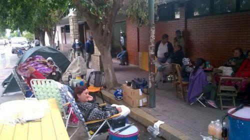 Municipales acampando frente a la Municipalidad