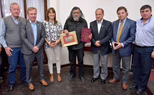 El artista Andrés Gauna recibe una distinción en el espacio Homenajes del Concejo Deliberante.