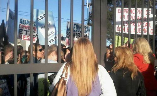 Docentes reclamando seguridad en las puertas del Grand Bourg ante hechos de violencia escolar