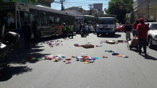 La vendedora protestó esparciendo su mercadería sobre la avenida San Martín