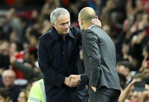El saludo entre Mourinho y Guardiola, previo al clásico de Manchester.