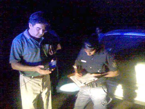 El concejal de Orán Mizzau junto a policías en el operativo realizado en busca de pruebas.