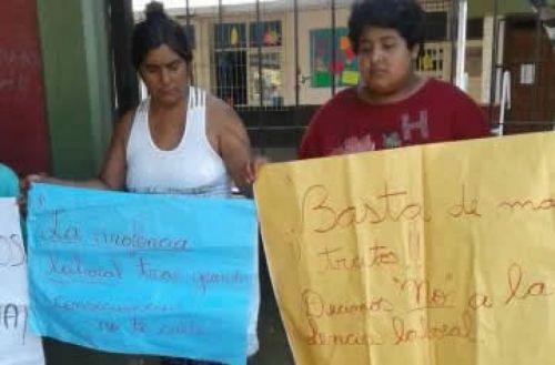 Algunos de los padres de los alumnos realizaron protestas contra los directivos de una escuela de Tartagal.