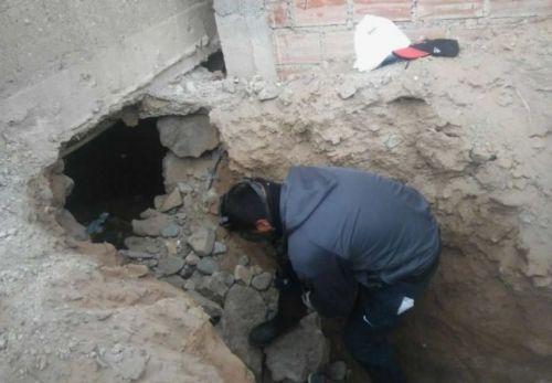 La policía hizo un agujero a un costado del baño para rescatar a la beba del lugar donde una madre lo arrojó a su suerte.
