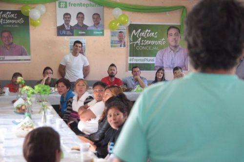El gobernador Urtubewy escucha en una reunión a uno de los militantes de la zona Este de la ciudad.