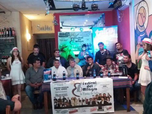 Algunos de los artistas con la prensa. Este sábado en el Centro Policial el tercer Festival del Milagro solidario.