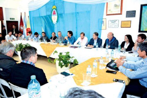 El jefe de gabinete Carlos Parodi y ministros en la reunión de Gabienete de ayer con autoridades de Aguaray.