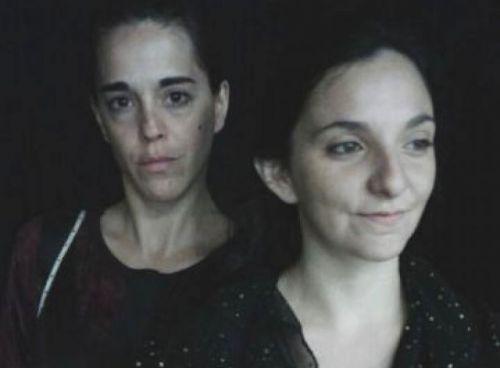 """Paola Laxi y Guadalupe Medrano suben a escena en la obra """"Flores arrancadas a la niebla"""", dirigida por Jorge Renoldi."""