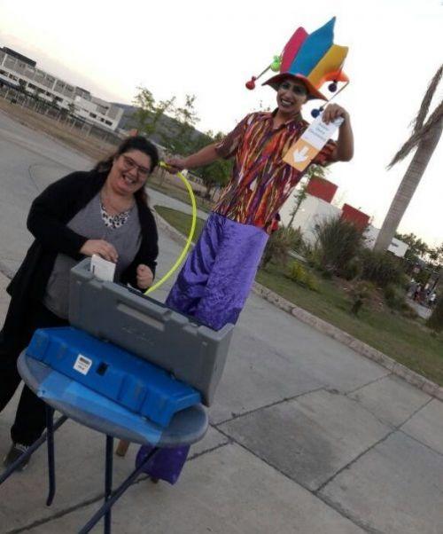 Se capacita al ciudadano en voto electronico en las peatonales y CICs de los barrios.