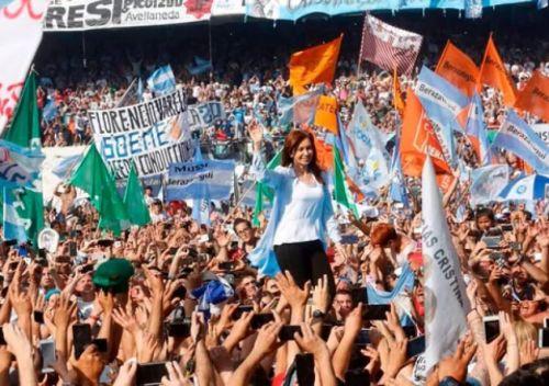 Una multitud llenó la cancha de Racing en el cierre de campaña de la ex presidenta Cristina Kirchner.