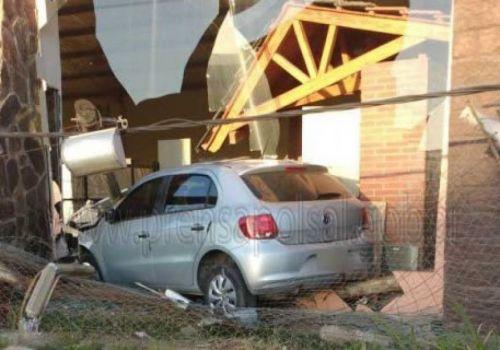 El vehículo de un conductor ebrio luego de voltear un poste de luz, terminó incrustado en la vidriera de un local comercial.