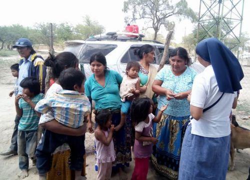 La pastora Mariana Basualdo de la parroquia de Villa Mitre, organizando la entrega de donaciones para wichis de Triple Frontera.