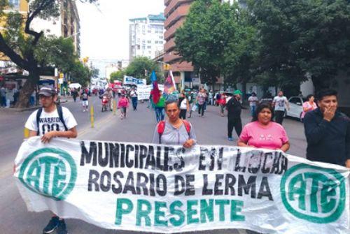 Municipales de Rosario de Lerma en una marcha de protesta en la capital salteña. Ya llevan 20 días de paro y 10 de huelga de hambre.