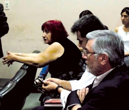 """La abogada María Elena Esper en la audiencia. Gustavo Meneses declaró: """"Esper me dijo que había que pagar para que mi hermano quede libre""""."""