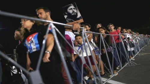 Anoche en La Plaza de la Revolución una interminable fila de gente para despedir a Fidel (foto Telesur).