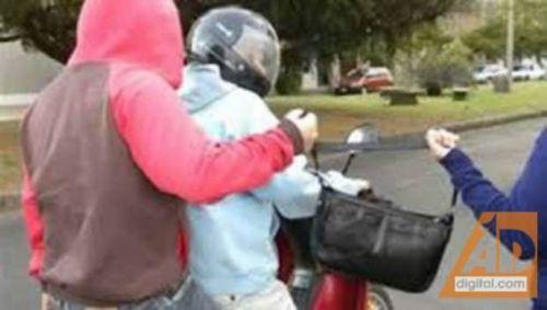 Los motochorros arrebataron el bolso a su víctima, luego fueron apresados.