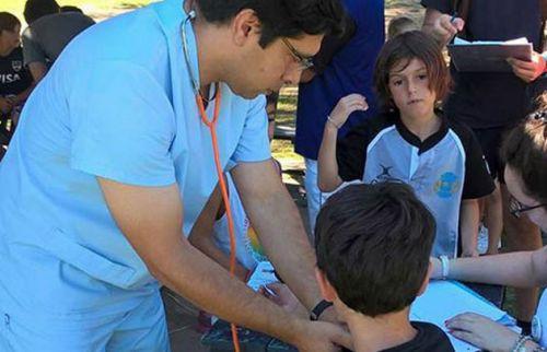 Los equipos médicos revisarán a los chicos.