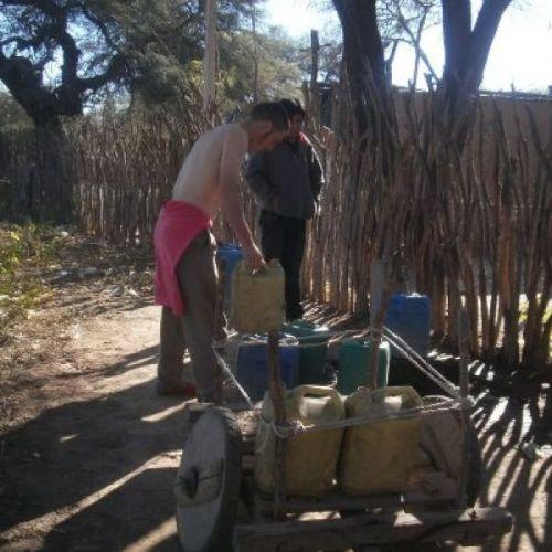 Vecinos de Santa Victoria Este recolectan agua que consiguen de sus vecinos criollos. (Foto Gentilez Word-press).