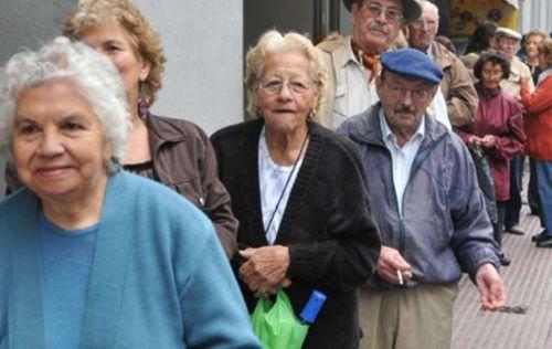 Jubilados siguen en su larga espera, esta vez haciendo fila para trámites en el ANSeS Salta.