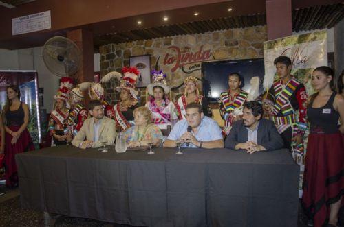 Blanca Tapia de Arce, presidenta de la comisión de CorsosColor de Orán, junto a funcionarios del Gobierno lanzaron la edición 2017.