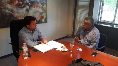 El ministro Gómeza en reunión con el intendente Cuenca le entregó información detallada sobre los aumentos a cada municipio.