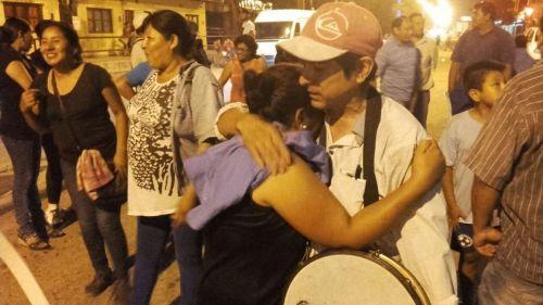 Los manifestantes mostraron su alegría por el acuerdo en los que 72 trabajadores recuperaron sus contratos.