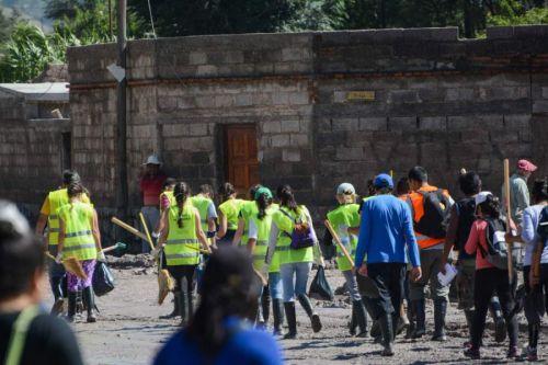 Cientos de voluntarios continúan trabajando en Volcán, provistos de palas y baldes ayudan a vecinos a retirar el barro de las casas.